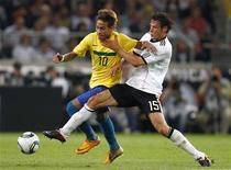 Alemão Traesch marca Neymar em amistoso Alemanha x Brasil, em Stuttgart. O Brasil perdeu por 3 x 2. 10/08/2011 REUTERS/Kai Pfaffenbach