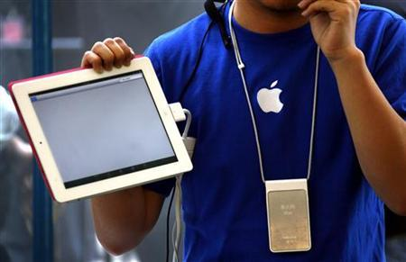 An Apple store employee gives a class on how to use the new iPad 2 during the China launch at an Apple Store in central Beijing May 6, 2011. REUTERS/David Gray