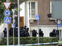 Эстонский спецназ возле здания министерства обороны в Таллине, 11 августа 2011 года. В министерстве обороны Эстонии в четверг раздались выстрелы, полиция окружила здание, сообщили эстонские СМИ. REUTERS/Stringer