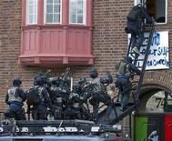 Полиция Швеции штурмует ливийское посольство, занятое протестующими, в Стокгольме, 11 августа 2011 года. Шведская полиция ворвалась в ливийское посольство в Стокгольме в четверг, после того как ранее в здание проникли противники Каддафи. REUTERS/Scanpix/Maja Suslin