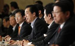 Премьер-министр Японии Наото Кан (в центре) на встрече кабинета министров в Токио, 12 мая 2011 года. Правительство Японии снизило прогноз роста экономики в текущем налоговом году до 0,5 процента с 1,5 процента из-за падения объемов промышленного производства в результате катастрофы 11 марта и неопределенности перспектив глобальной экономики, сообщил в пятницу кабинет министров страны. REUTERS/Kim Kyung-Hoon