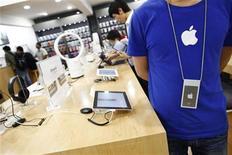 """<p>Dans un faux magasin Apple de Kunming, dans la province chinoise du Yunnan. Les autorités municipales de cette ville du sud de la Chine ont identifié 22 autres faux magasins portant le logo de la marque à la pomme après où la découverte fin juillet d'un faux """"Apple Store"""" qui a déclenché une controverse. Fin juillet, un Américain vivant à Kunming a raconté sur son blog qu'un faux """"Apple Store"""" était tellement bien conçu que même ses employés pensaient travailler pour le fabriquant de l'iPhone et de l'iPad. /Photo prise le 22 juillet 2011/REUTERS/Aly Song</p>"""