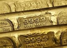Золотые слитки в ювелирном магазине в Гонконге, 11 августа 2011 года. Золото продолжило в пятницу снижение с исторического максимума четверга на фоне укрепления фондовых рынков, а также роста доллара и евро к безопасному швейцарскому франку, что указывает на возросший аппетит инвесторов к риску. REUTERS/Bobby Yip