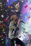 """O vocalista do Coldplay, Chris Martin, durante apresentação no Festival de Glastonbury, em junho de 2011 na Grã-Bretanha. O quinto álbum de estúdio de banda, chamado """"Mylo Xyloto"""", será lançado em 25 de outubro. 25/06/2011 REUTERS/Cathal McNaughton"""