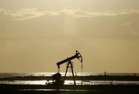 An oil pump is seen on the shore near Santa Cruz del Norte, Cuba June 5, 2008.  REUTERS/Claudia Daut/Files