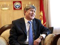 Премьер-министр Киргизии Алмазбек Атамбаев дает интервью в Бишкеке, 3 июня 2011 года. Премьер-министр Киргизии Алмазбек Атамбаев стал 58-м в перечне претендентов на пост президента республики, единственной среди авторитарных режимов Центральной Азии парламентской демократии. REUTERS/Vladimir Pirogov