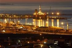 Буровая вышка в бухте Кейптауна, 6 августа 2011 года. Нефть Brent подорожала в понедельник благодаря росту спроса на рисковые активы после хороших экономических данных США и Японии. REUTERS/Mike Hutchings