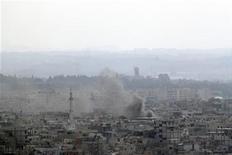 Дым поднимается над Латакией, 14 августа 2011 года. Сирийские войска обстреляли в понедельник жилой район Латакии, продолжая третий день подряд наступление на суннитские кварталы портового города, сообщили местные жители. REUTERS/Handout