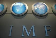 """Надпись """"МВФ"""" на стене в штаб-квартире организации в Вашингтоне, 11 апреля 2008 года. Представителем Таджикистана в МВФ и Всемирном банке стал сын спикера верхней палаты парламента, чье назначение стало очередной иллюстрацией завидных карьерных взлетов детей высокопоставленных лиц. REUTERS/Jonathan Ernst"""