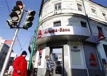 Отделение Альфа-банка в Москве, 8 февраля 2010 года. Крупнейшие российские банки, завершившие 2010 год с рекордной прибылью, поспешили увеличить вознаграждение топ-менеджерам, которое было урезано в кризис, и примером щедрости стал частный Альфа-банк. REUTERS/Denis Sinyakov