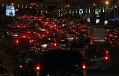 Пробка в Москве, 2 декабря 2010 года. Расходы россиян на покупку автомобилей в 2011 году перешагнули триллионный рубеж - по итогам семи месяцев они выросли в годовом исчислении на 61 процент почти до 1,02 триллиона рублей (около $35,7 миллиарда), свидетельствуют данные, предоставленные Рейтер аудиторской компанией Ernst&Young. REUTERS/Mikhail Voskresensky