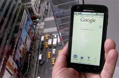 Smartphone Droid, da Motorola, exibe a página de buscas do Google, em foto tirada em Nova York. O Google afirmou que deve adquirir a Motorola Mobility por cerca de 12,5 bilhões de dólares em dinheiro. 15/08/2011 REUTERS/Brendan McDermid