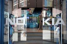 <p>Foto de archivo de la entrada de la tienda insigne de Nokia en Helsinki, jul 18 2011. Las acciones de Nokia subían más de un 10 por ciento el lunes después de que se conoció una oferta de Google por Motorola Mobility Holdings, que reavivó las especulaciones de una posible oferta por la firma finlandesa de telefonía móvil. REUTERS/Jussi Helttunen/Lehitikuva Imagen para uso no comercial, ni ventas, ni archivos. Solo para uso editorial. No para su venta en marketing o campañas publicitarias. Esta imagen fue entregada por un tercero y es distribuida, exactamente como fue recibida por Reuters, como un servicio para clientes.</p>