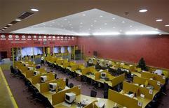 """Зал торгов ММВБ в Москве 11 января 2009 года. Российский фондовый рынок во вторник корректируется после трех сессий роста, поскольку участники торгов опасаются сохранять """"длинные"""" позиции долгое время в условиях повышенной волатильности.   REUTERS/Denis Sinyakov"""