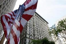 """Флаг США в Нью-Йорке 21 мая 2011 года. Агентство Fitch подтвердило во вторник кредитный рейтинг США на уровне """"ААА"""" со стабильным прогнозом, сославшись на ключевую роль Вашингтона в мировой финансовой системе.  REUTERS/Jessica Rinaldi"""