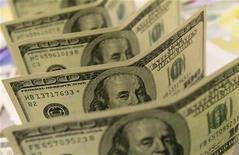 Долларовые купюры в банке в Будапеште 8 августа 2011 года. Российская государственная Объединенная авиастроительная корпорация (ОАК) планирует продать 50 среднемагистральных самолетов МС-21 лизинговой компании Ильюшин Финанс, крупнейшим акционером которой является, сказали Рейтер два источника. REUTERS/Bernadett Szabo