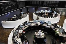 Трейдеры на торгах фондовой биржи во Франкфурте-на-Майне 12 августа 2011 года. Европейские рынки акций закрылись во вторник небольшим снижением, завершив трехдневное ралли из-за новых экономических опасений после слабой статистики Германии и всей еврозоны. REUTERS/Alex Domanski