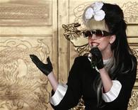 """<p>Foto de archivo de la cantanta estadounidense Lady Gaga durante una conferencia de prensa en Taipéi, jul 4 2011. La lujosa cadena de tiendas por departamento Barneys se está asociando con la extravagante cantante pop Lady Gaga para una campaña en los feriados de Navidad y escaparates llamada """"Gaga's Workshop"""". REUTERS/Nicky Loh</p>"""