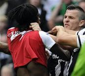 O jogador do Arsenal Gervinho briga com Barton, do Newcastle United, em lance que resultou em sua expulsão em jogo pelo Campeonato Inglês. 13/08/2011  REUTERS/Nigel Roddis