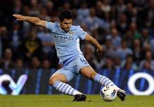 O argentino Sergio Aguero marcou dois gols na estreia pelo Manchester City. 15/08/2011 REUTERS/Nigel Roddis