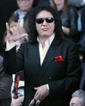"""Gene Simmons, do """"Kiss"""", participa de jogo da NBA em Los Angeles. Devido a suas declarações sobre Michael Jackson, a banda foi excluída de um show em homenagem ao cantor. 21/02/2011 REUTERS/Danny Moloshok"""