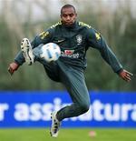 Maicon controla bola durante treino da seleção brasileira. Ele passará por uma cirurgia no joelho. 25/06/2011  REUTERS/Paulo Whitaker