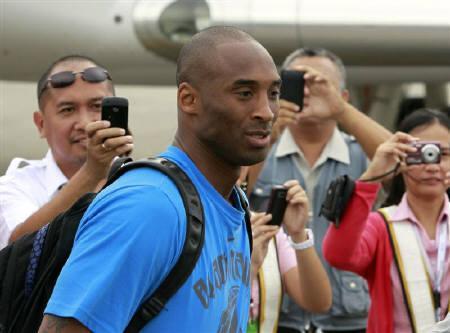 8月16日、NBAのレーカーズに所属するコービー・ブライアントに対し、暴行の疑いで米カリフォルニア州サンディエゴの地元警察が事情聴取を検討していることを明らかに。マニラで7月撮影(2011年 ロイター/Erik de Castro)