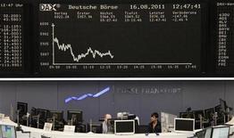 Трейдеры на торгах фондовой биржи во Франкфурте-на-Майне 16 августа 2011 года. Европейские рынки акций открылись снижением в среду, так как трейдеры разочарованы отсутствием конкретных результатов саммита лидеров Германии и Франции, пытавшихся восстановить доверие в еврозоне и остановить распространение кризиса.   REUTERS/Remote/Amanda Andersen
