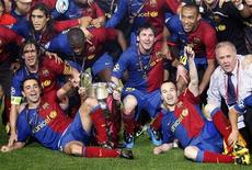 Barcelona's players celebrate with the trophy after winning the Champions League final soccer match against Manchester United at the Olympic Stadium in Rome, May 27, 2009.  REUTERS/Albert Gea