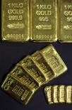 Золотые слитки в офисе компании CPoR в Париже 25 ноября 2010 года. Цены на золото выросли в среду третий день подряд из-за опасений инвесторов по поводу судьбы еврозоны после не принесшей облегчение встречи в Париже между лидерами Франции и Германии. REUTERS/Jacky Naegelen