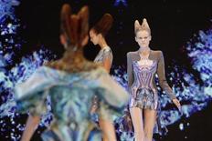 Modelos desfilam com criações do estilista britânico Alexander McQueen, na coleção de Primavera/Verão de 2010, na Semana de Moda de Paris, em 2009. Londres assumiu o lugar de Nova York como capital mundial da moda em 2011, impulsionada pelo interesse da mídia pelo falecido estilista britânico Alexander McQueen e por Kate Middleton, segundo pesquisa da Global Language Monitor. 06/10/2010  REUTERS/Benoit Tessier