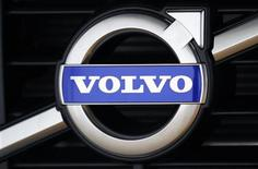 Логотип Volvo на модели XC60, Гетеборг, 20 мая 2010 года. Шведский автопроизводитель Volvo, не сумевший договориться о льготном режиме сборки автомобилей в РФ, готовится вложить свыше 100 миллионов евро в производство комплектующих в обмен на послабления в пошлинах. REUTERS/Bob Strong