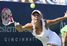 Caroline Wozniacki, da Dinamarca, rebate bola para a tenista Christina McHale, dos Estados Unidos, durante partida do torneio de Cincinnati. 17/08/2011  REUTERS/Scott Petranek/Western & Southern Open/Divulgação