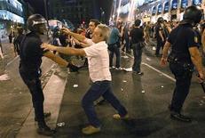 Miles de personas se manifestaron en Madrid el miércoles, víspera de la llegada a Madrid el papa Benedicto XVI, en demanda de un estado laico y en contra de los gastos ocasionados por la visita a España del pontífice con ocasión de la Jornada Mundial de la Juventud (JMJ), en una marcha que acabó con cargas policiales en la Puerta del Sol, seis detenidos y dos policías heridos. En la imagen, una escaramuza entre policías y manifestantes en el centro de Madrid, el 17 de agosto de 2011. REUTERS/Juan Medina