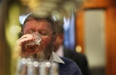 Посетитель пьет пиво в Occidental Hotel в Сиднее 21 июня 2011 года. Менеджмент австралийской пивоваренной компании Foster's повторно отказался рекомендовать акционерам продавать компанию за $10 миллиардов ее британскому конкуренту SABMiller. REUTERS/Tim Wimborne
