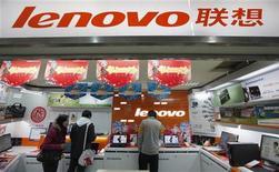 Посетители осматривают ассортимент магазина Lenovo в Шанхае 17 февраля 2011 года. Чистая прибыль китайской Lenovo Group Ltd, третьего по величине в мире производителя компьютеров, удвоилась в первом квартале финансового года, однако компания присоединилась к конкурентам, озвучив сомнения относительно здоровья мировой экономики. REUTERS/Aly Song