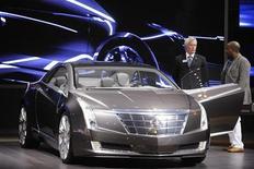 Концепт-кар Cadillac Converj на автошоу в Лос-Анджелесе 3 декабря 2009 года. General Motors Co подтвердила намерение создать электрический автомобиль люкс-класса Cadillac на основе технологии, использованной в гибриде Chevrolet Volt.   REUTERS/Phil McCarten