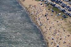 Пляж бухты Горностай недалеко от Владивостока 28 июля 2007 года. МЧС попросило не купаться в Японском море из-за угрозы нападения акул, от которых в Приморье впервые за десятки лет пострадали люди.  REUTERS/Yuri Maltsev