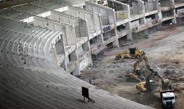 Vista das obras de reforma do estádio do Maracanã, no Rio de Janeiro, em julho. Os operários da obra de modernização e preparação do estádio do Maracanã para a Copa do Mundo de 2014 decidiram entrar em greve nesta quarta-feira, informou o sindicato da construção pesada do Rio de Janeiro. 27/07/2011  REUTERS/Ricardo Moraes