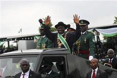 Nigerian president Goodluck Jonathan waves to the crowd during his inauguration ceremony at Eagle square in Abuja May 29, 2011.  REUTERS/Akintunde Akinleye