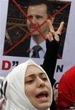Живущая в Турции гражданка Сирии участвует в митинге против режима сирийского президента Башара аль-Асада, Стамбул, 12 августа 2011 года. Президент США Барак Обама в четверг впервые призвал главу Сирии Башара аль-Асада уйти в отставку после жестокого подавления сирийскими военными антиправительственных демонстраций. REUTERS/Osman Orsal