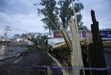 Сломанное дерево, упавшее на тент из-за урагана, на фестивале Pukkelpop в Хасселте 18 августа 2011 года. Пять человек погибли во время урагана, обрушившегося на город Хасселт во время фестиваля в четверг.  REUTERS/Sebastien Pirlet
