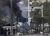 """Дым от взрыва в ходе нападения на здание Британского совета в Кабуле 19 августа 2011 года. Девять человек убиты, по меньшей мере двенадцать ранены в результате нападения боевиков """"Талибана"""" на Британский совет в столице Афганистана в пятницу.  REUTERS/Ahmad Masood"""