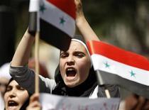Демонстрация против действий сирийских властей у консульства Сирии в Стамбуле 19 августа 2011 года. Страны Европейского союза в пятницу договорились расширить список сирийских частных и юридических лиц, подвергнутым санкциям и обсудили вероятность запрета на импорт нефти из Сирии. REUTERS/Osman Orsal