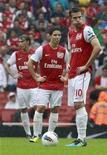 O Arsenal sofreu novo revés neste sábado, perdendo de 2 x 0 para o Liverpool graças a um gol contra e um tento de Luis Suarez já no final, terminando a partida com 10 homens pelo segundo jogo consecutivo da liga inglesa. REUTERS/Stefan Wermuth