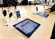 <p>L'abandon inattendu de la tablette TouchPad de Hewlett-Packard, sept semaines seulement après son lancement, atteste de la suprématie de l'iPad d'Apple (photo), mais les analystes estiment que les jeux sont loin d'être faits. /Photo prise le 23 mai 2011/REUTERS/Shannon Stapleton</p>