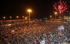 Салют по случаю вступления повстанцев в Триполи возле здания суда в Бенгази, 22 августа 2011 года. Ливийские повстанцы спустя полгода после начала конфликта добрались до центра Триполи, на улицах которого их встречают ликующие местные жители в ожидании скорого падения режима Муаммара Каддафи. REUTERS/Esam Al-Fetori