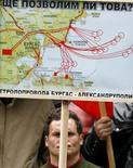 Акция протеста против проекта Бургас-Александруполис в Софии 22 апреля 2009 года. Болгария дала участникам проекта нефтепровода Бургас-Александруполис еще месяц на подготовку экологического обоснования проекта, сообщило в понедельник Министерство по охране окружающей среды.   REUTERS/Stoyan Nenov