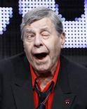 """Ator e comediante Jerry Lewis durante sessáo de """"The Method to the Madness of Jerry Lewis"""" na turnê de verão da Associação dos Críticos de Televisão, em Beverly Hills, em julho.  Jerry Lewis não voltará no próximo mês a ser o anfitrião do Teleton, um programa anual para uma associação de distrofia muscular, que ele vem apresentando desde 1966, apesar de relatos da mídia dizerem o contrário, disse sua porta-voz no domingo. 29/07/2011   REUTERS/Mario Anzuoni"""