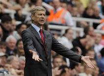 Técnico do Arsenal, Arsene Wenger, durante jogo da Liga Inglesa contra o Newcastle United. Wenge foi suspenso por dois jogos nas competições europeias depois de ter desrespeitado uma punição anterior, disse a Uefa nesta segunda-feira. 13/08/2011  REUTERS/Nigel Roddis